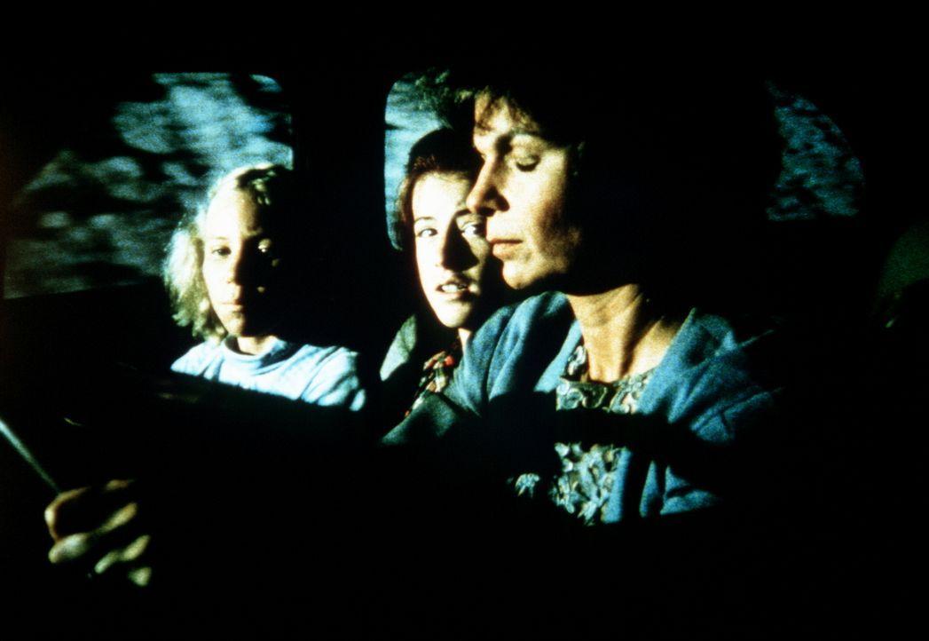 Die völlig betrunkene Corabeth (Ronnie Claire Edwards, r.) nimmt ihre Tochter Aimée (Rachel Longaker, l.) und Elizabeth Walton (Kami Cotler, M.) nac... - Bildquelle: WARNER BROS. INTERNATIONAL TELEVISION