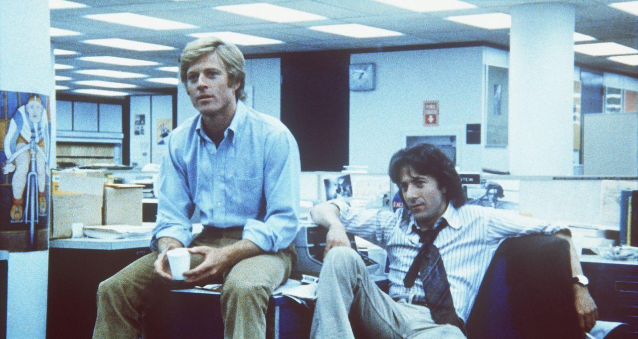 Reporter Carl Bernstein (Dustin Hoffman, r.) und sein Kollege Bob Woodward (Robert Redford, l.) decken einen gewaltigen Politskandal auf ... - Bildquelle: Warner Bros.