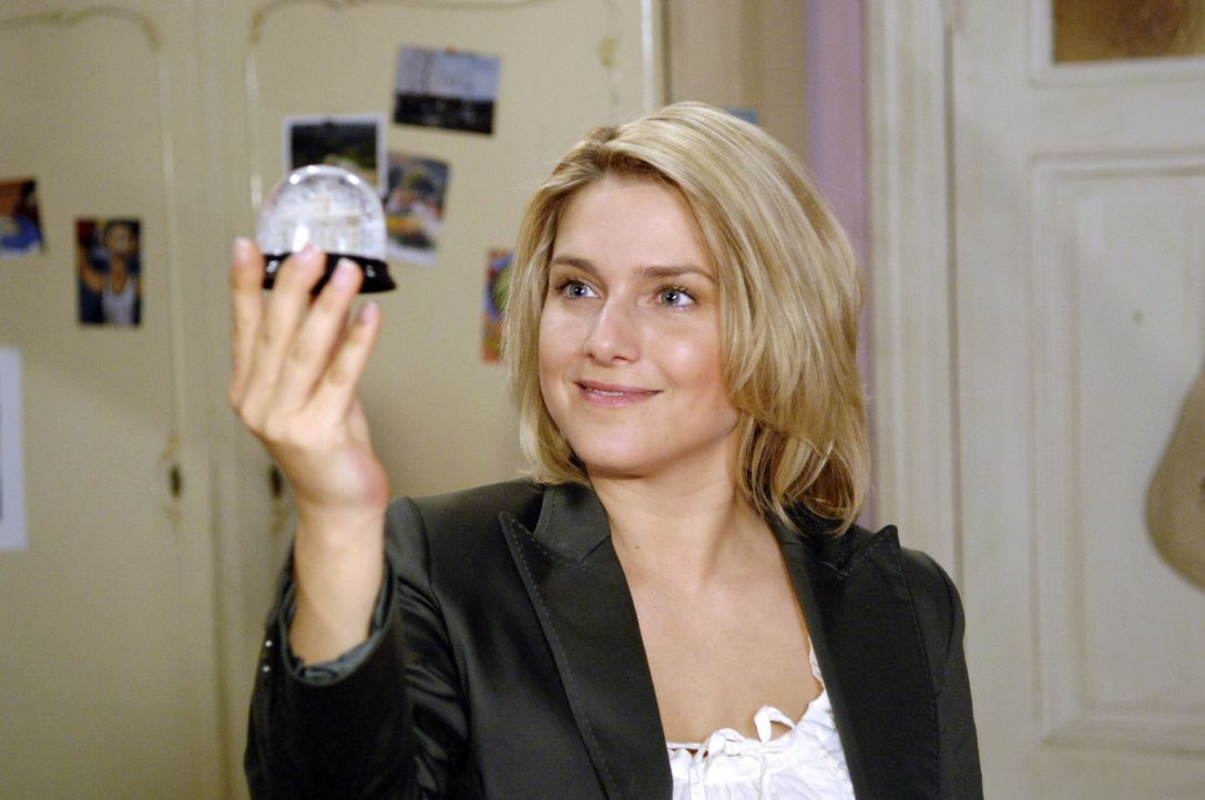 Anna (Jeanette Biedermann) freut sich, dass sie es mit einem Trick geschafft hat, die Komparsen für das Fotoshooting zu besorgen. - Bildquelle: Claudius Pflug Sat.1