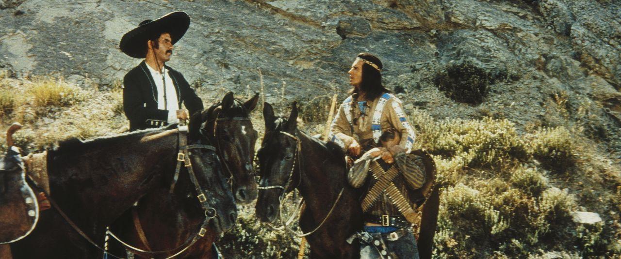 Winnetou (Pierre Brice, r.) versucht, mit dem Gangster Quilvera (Miha Baloh, l.) zu verhandeln ... - Bildquelle: Tobis Film