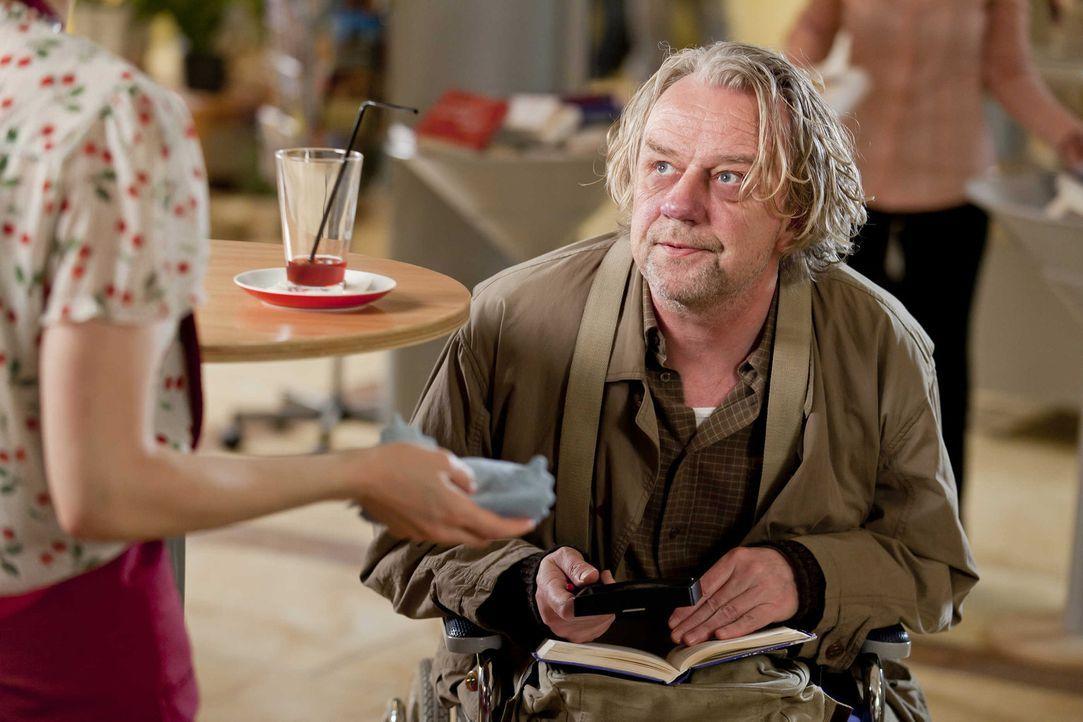 Kurt (Axel Siefer, r.) ist auf der Suche nach den richtigen Lottozahlen und befragt deshalb Bea (Nadja Becker, l.) nach ihrem Traum. Doch wird er da... - Bildquelle: Frank Dicks SAT.1