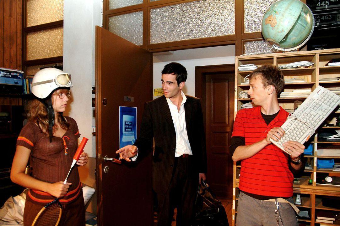 """Lisa (Alexandra Neldel, l.) und Jürgen (Oliver Bokern, r.) sind vor den Schlägern in Deckung gegangen - und überrascht, dass """"nur"""" David (Mathis Kün... - Bildquelle: Monika Schürle Sat.1"""