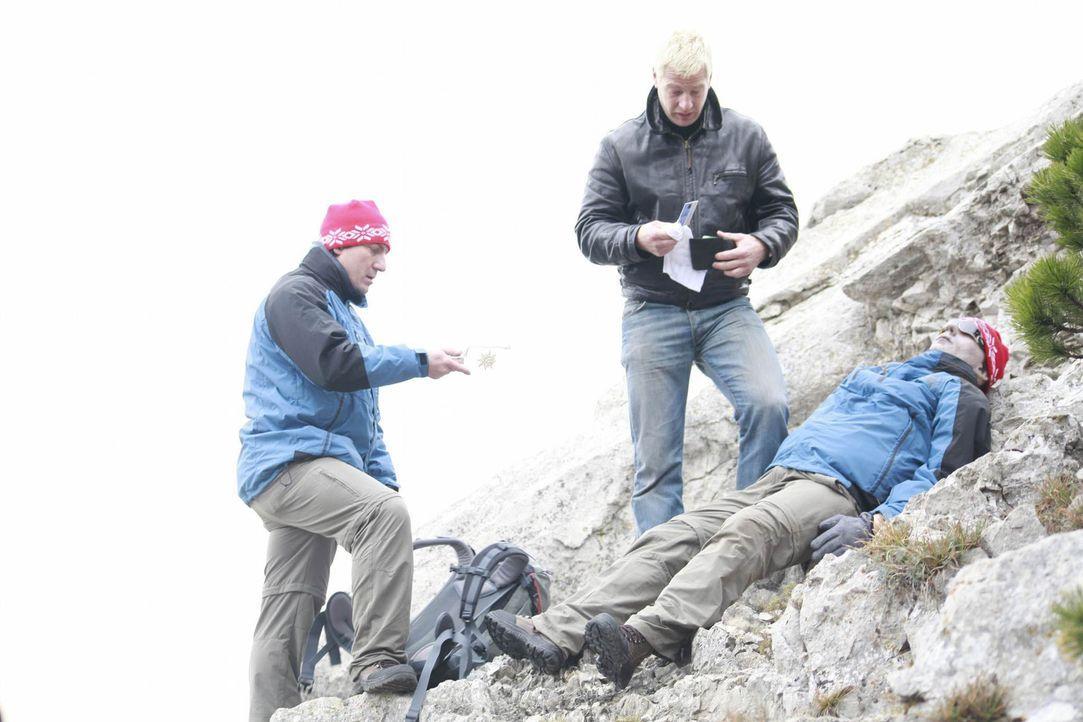 Mit einer echten Leiche im Gepäck begeben sich Chester (Henning Baum, M.) und Herbert (Robert Palfrader, l.) auf eine Bergtour. Schon bald wird ihne... - Bildquelle: Andrea Mayer-Rinner SAT.1
