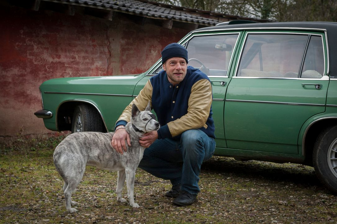 """Ist ein Tierfreund, der aber mit dem """"Karma-Quark"""" nichts am Hut hat: Mick (Henning Baum) ... - Bildquelle: Martin Rottenkolber SAT.1"""