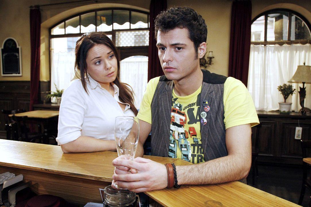 Maik (Sebastian König, r.) hofft noch eine Chance von Paloma (Maja Maneiro, l.) zu bekommen. - Bildquelle: Noreen Flynn Sat.1