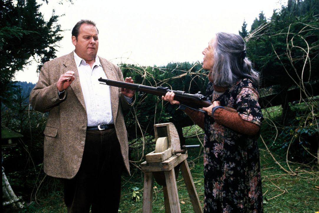 Anna Krams (Heidy Forster, r.) bedroht Benno (Ottfried Fischer, l.) mit einem Gewehr. - Bildquelle: Magdalena Mate Sat.1
