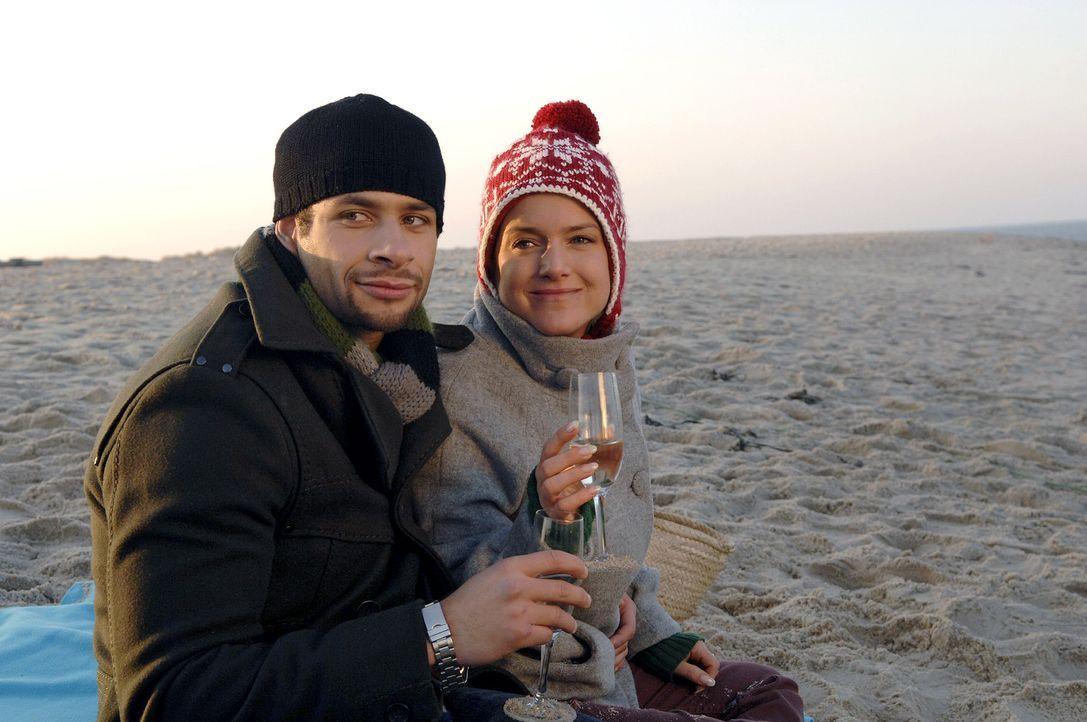 Verliebt stoßen Anna (Jeanette Biedermann, r.) und Jannick (Mike Adler, l.) auf ihre bevorstehende Hochzeit an. - Bildquelle: Claudius Pflug Sat.1
