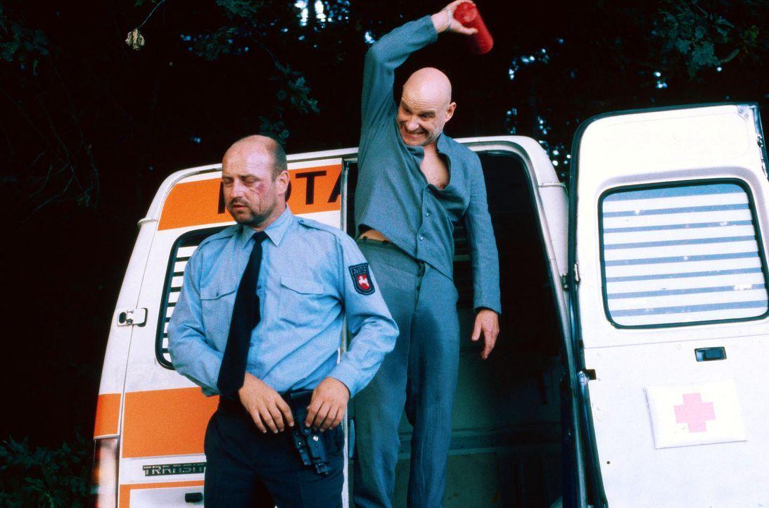 """Paul Kaminski (Christian Redl, r.), genannt """"Popeye"""", der wegen Raubmordes zu lebenslanger Haft verurteilt wurde, nutzt einen vorgetäuschten Kranken... - Bildquelle: Jiri Hanzl SAT.1"""