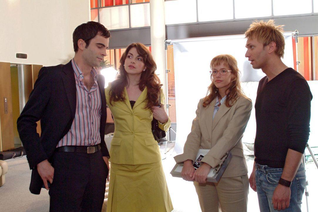 Lisa (Alexandra Neldel, 2.v.r.) ist erleichtert, als Mariella (Bianca Hein, 2.v.l.) endlich zum Fotoshooting mit Marc (Jean-Marc Birkholz, r.) ersch... - Bildquelle: Monika Schürle Sat.1