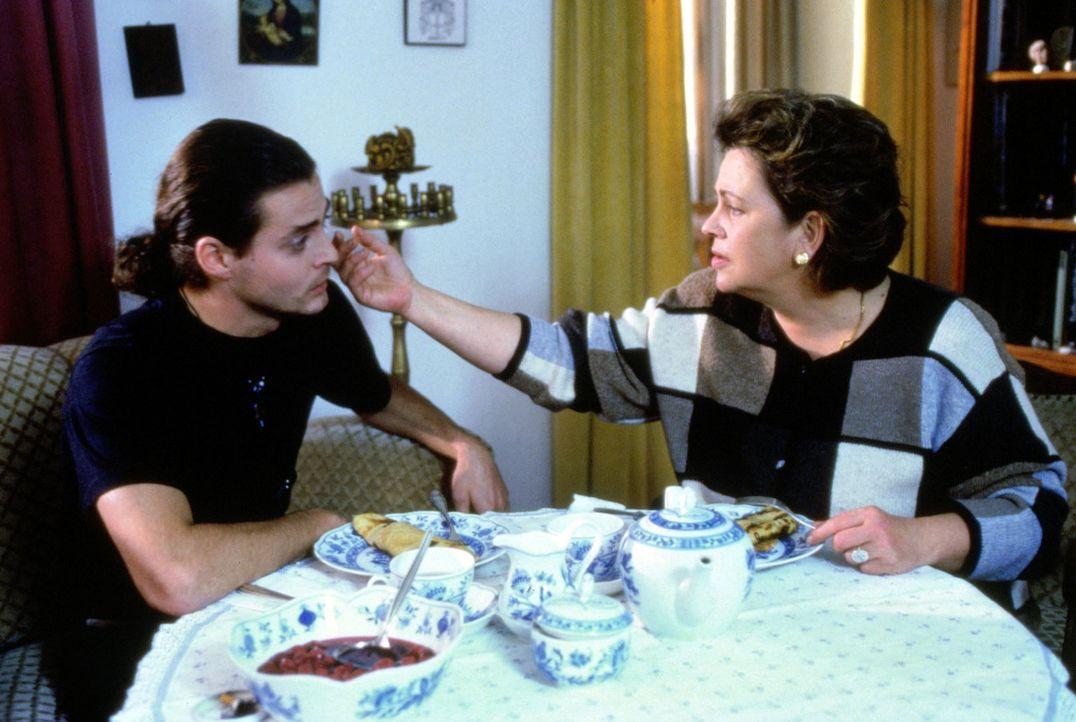 Schwester Klara (Walfriede Schmitt, r.) glaubt in dem jungen Sven (Sebastian Hartmann, l.), den sie bei sich aufnimmt, eine neue Lebensaufgabe gefun... - Bildquelle: Noreen Flynn Sat.1