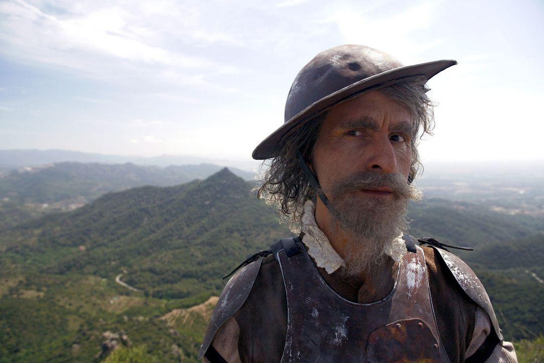 Während sich der Ritter Don Quichote (Christoph Maria Herbst) auf dem Gipfel eines Hügels zum Kampf rüstet, klingt in der Ferne ein gleichmäßiges, r... - Bildquelle: Christian Hartmann Sat.1
