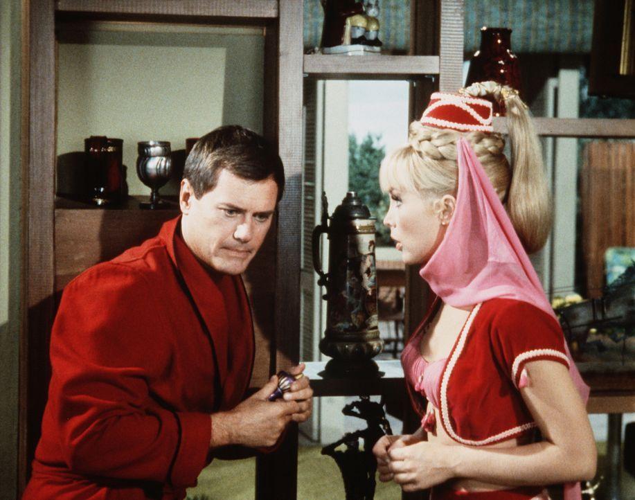 Tony (Larry Hagman, l.) und Jeannie (Barbara Eden, r.) haben entdeckt, dass Jeannies böse Schwester sie auseinanderbringen will. Doch wie wird man d... - Bildquelle: Columbia Pictures
