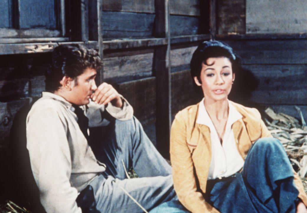Cayetana (Barbara Luna, r.), die Tochter Don Xaviers, hat sich in Little Joe Cartwright (Michael Landon, l.) verliebt. - Bildquelle: Paramount Pictures