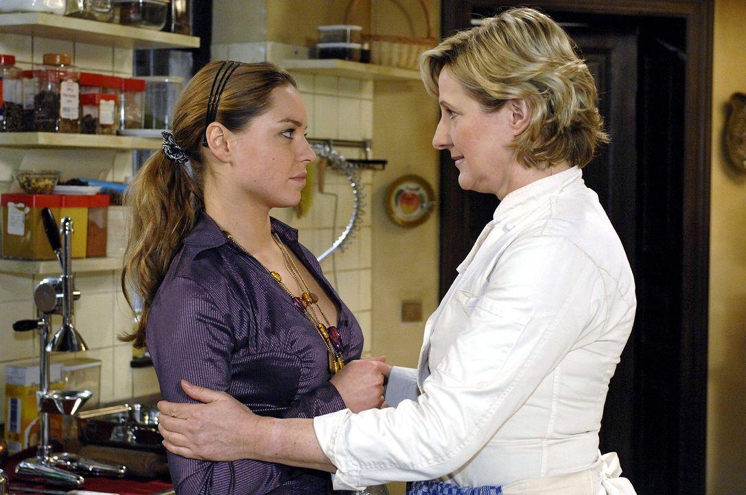 Susanne (Heike Jonca, l.) ist glücklich, dass Katja (Karolina Lodyga, r.) und Anna scheinbar so gut miteinander auskommen. - Bildquelle: Oliver Ziebe Sat.1
