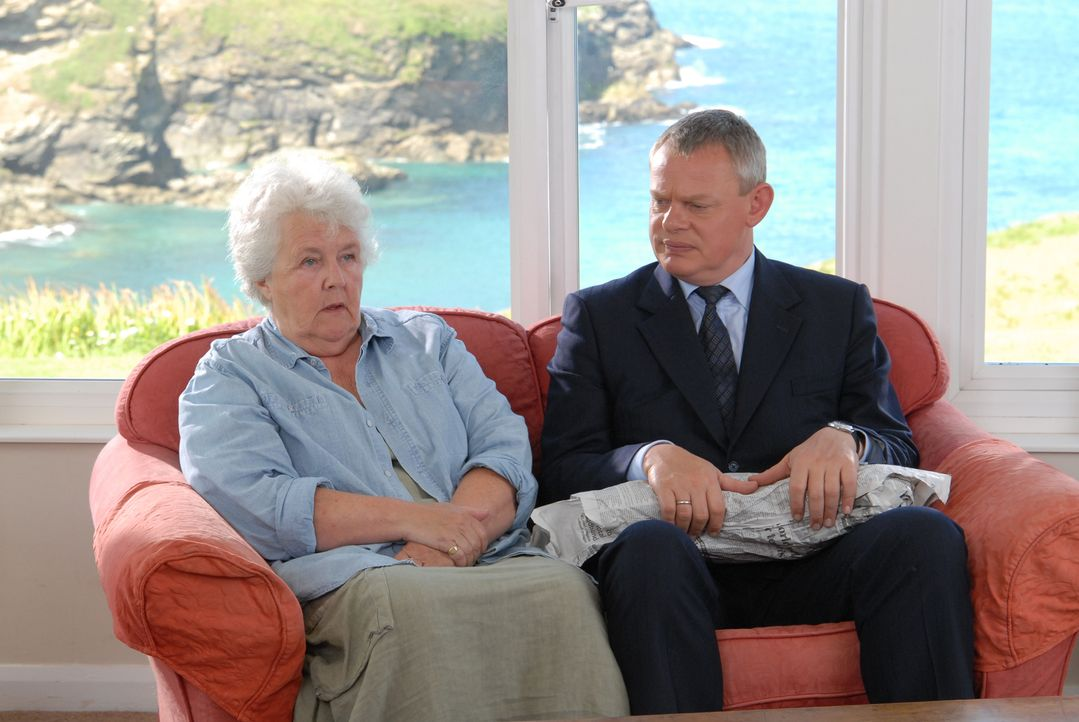 Tante Joan (Stephanie Cole, l.) hat ein Techtelmechtel mit einem jüngeren Mann. Etwas, dass Doc Martin (Martin Clunes, r.) überhaupt nicht gefällt.... - Bildquelle: BUFFALO PICTURES/ITV