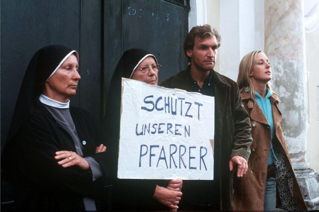 In Murnau entbrennt nach dem Mord an einer Anwältin in der Kirche ein heftiger Streit: Ist es unmoralisch, dass der Pfarrer durch das Beichtgeheimni... - Bildquelle: Kerstin Stelter Sat.1