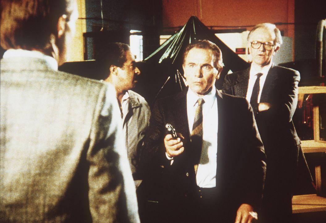 Kann Lee (Bruce Boxleitner, l.) Raoul Nesbitt (Josef Sommer, r.) und seinen rumänischen Kontaktmann Emile Dursac (Michael Pataki, M.) stellen? - Bildquelle: CBS Television