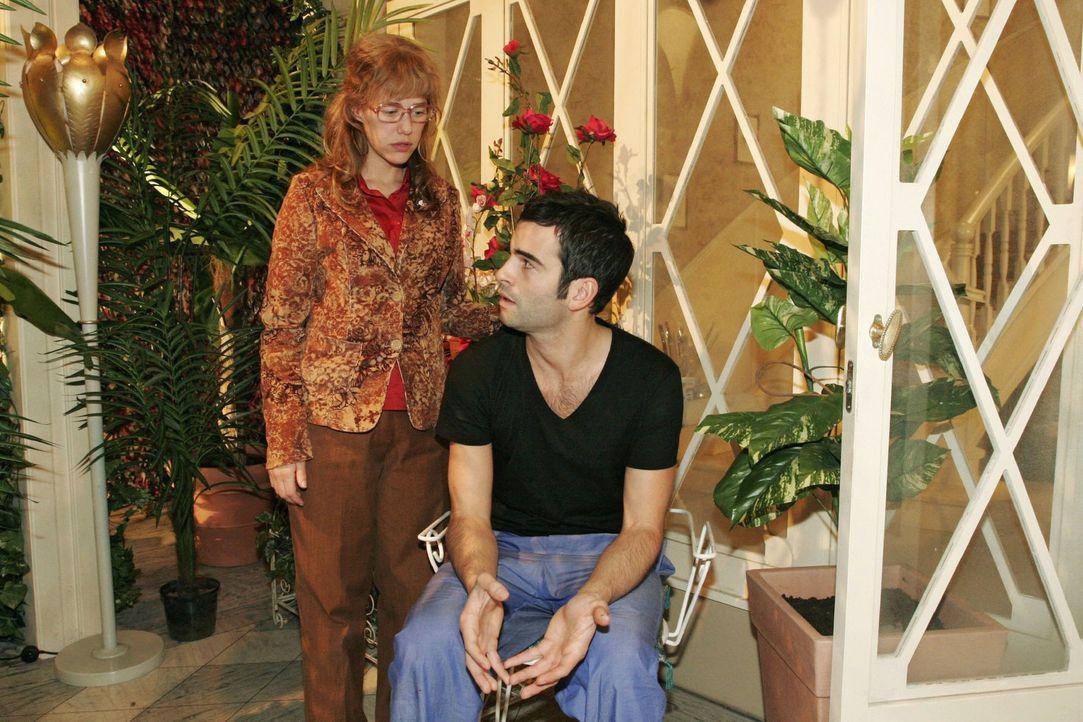 Lisa (Alexandra Neldel, l.) rät David (Mathis Künzler, r.) Mariella von Lauras Unfall zu informieren. Schließlich gehört sie doch auch zur Familie .... - Bildquelle: Noreen Flynn Sat.1