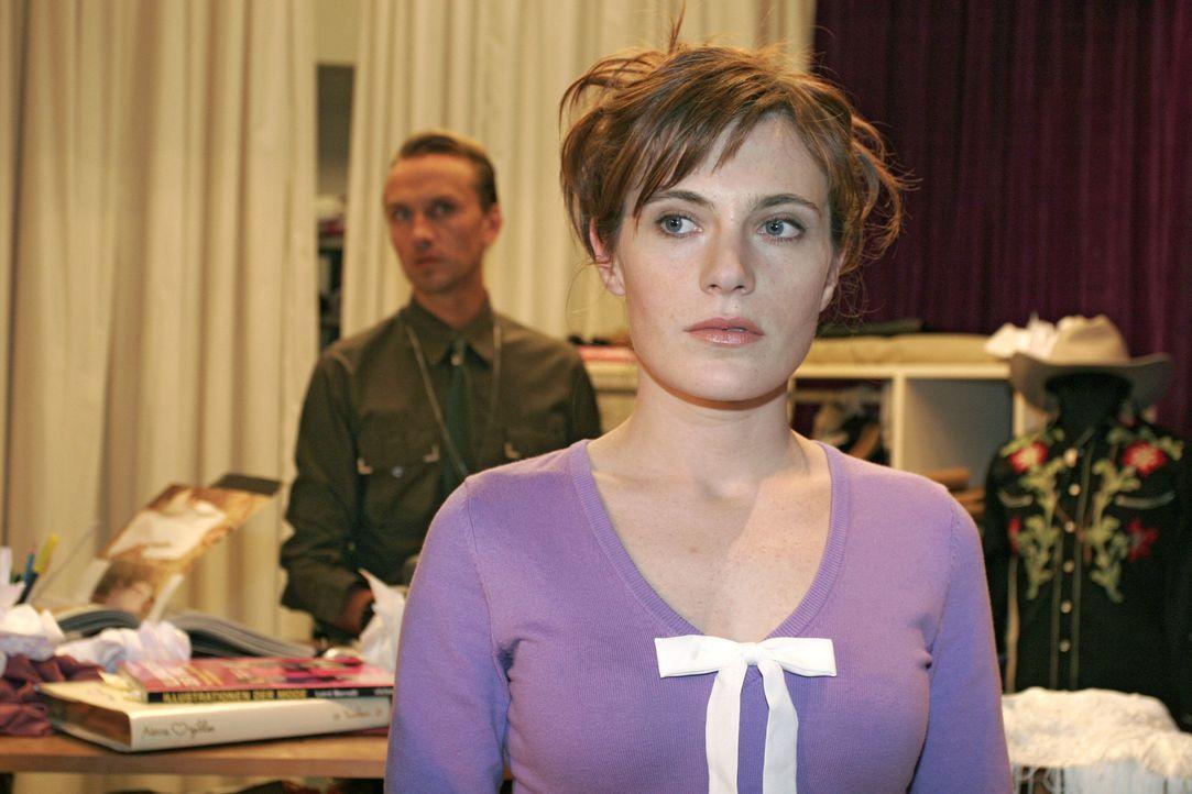 Britta (Susanne Berckhemer, r.) ist verletzt, als sie von Hugo (Hubertus Regout, l.) aus dem Büro geworfen wird. - Bildquelle: Noreen Flynn Sat.1
