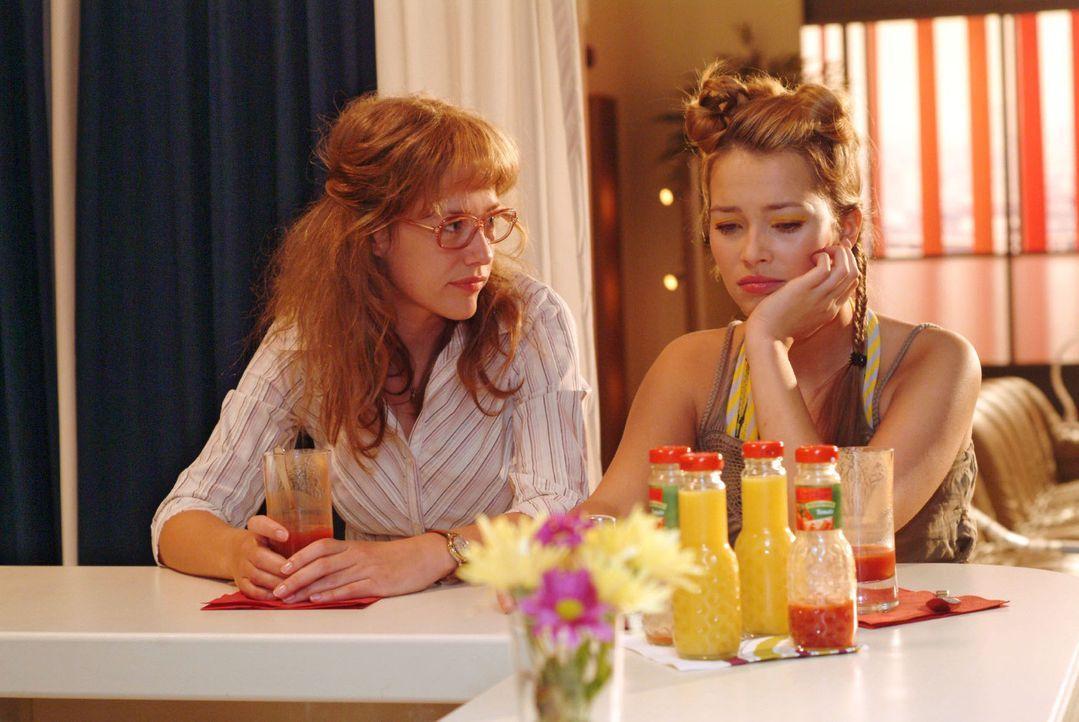 Leidensgenossinnen: Lisa (Alexandra Neldel, l.), die selbst unter Liebeskummer leidet, versucht Hannah (Laura Osswald, r.) zu trösten. (Dieses Foto... - Bildquelle: Monika Schürle Sat.1