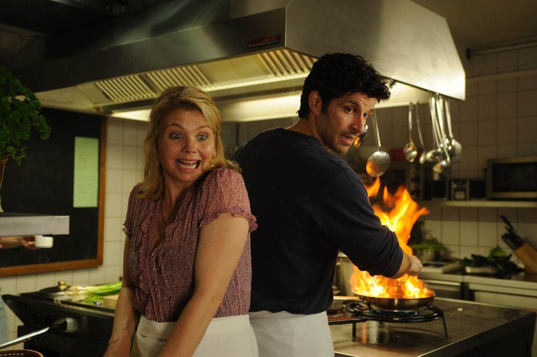 """Noch ahnen Ralf Dienert (Pasquale Aleardi, r.) und seine neue Kellnerin Valerie (Annette Frier, l.) nicht, dass sich im  """"Gasthaus zur Mühlenschänke... - Bildquelle: Hardy Spitz SAT.1"""