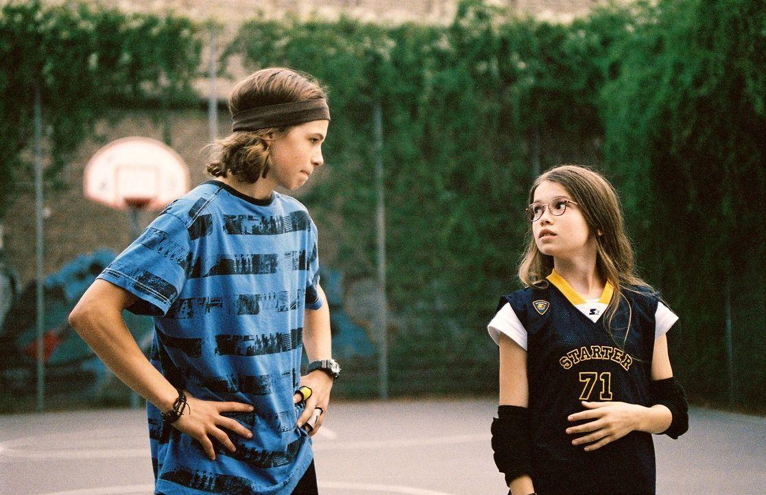 Nelly (Zoe Moore, r.) hofft, dass der Nachbarsjunge Max Minsky (Emil Reinke, l.) ihr das Basketballspielen beibringen kann ... - Bildquelle: X-Verleih