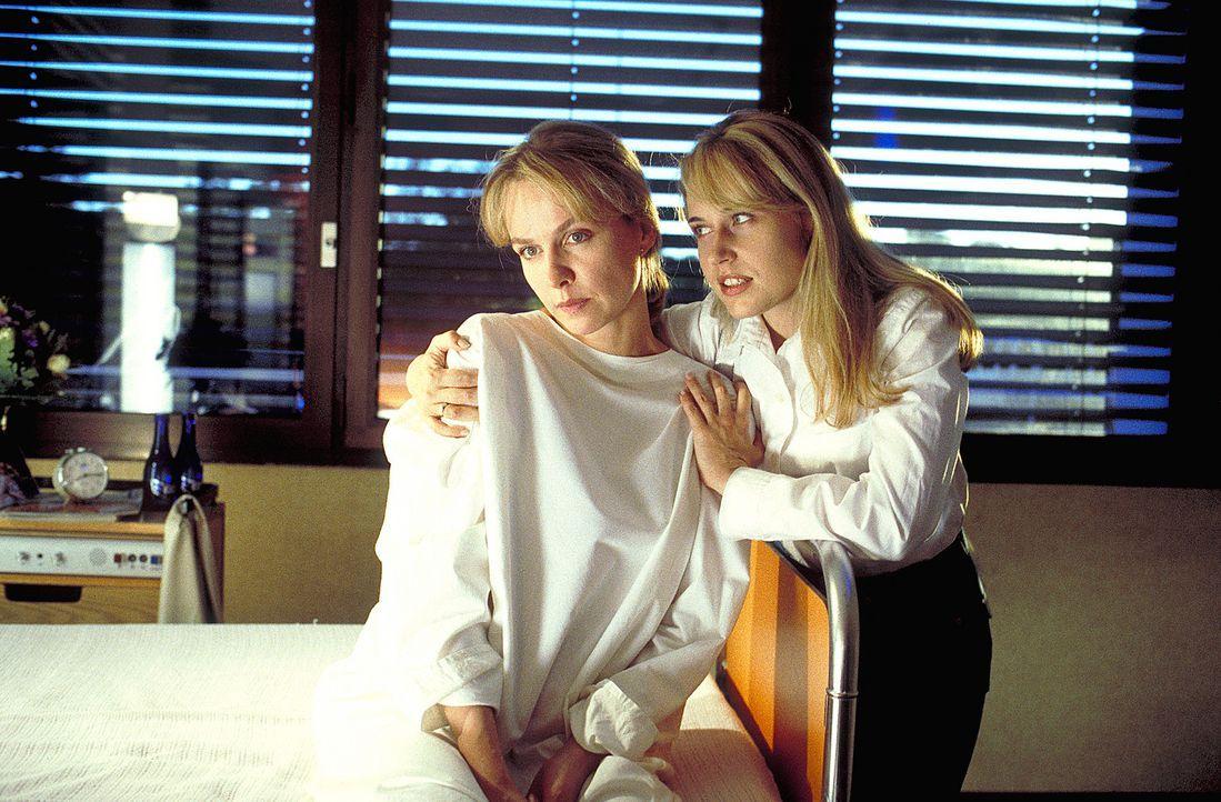 Seit ihrer Kindheit ist Lena (Claudia Messner, l.) stets eifersüchtig auf ihre jüngere Schwester Meike (Anica Dobra, r.). Als diese nun an Leukämie... - Bildquelle: A. Kiermeier ProSieben