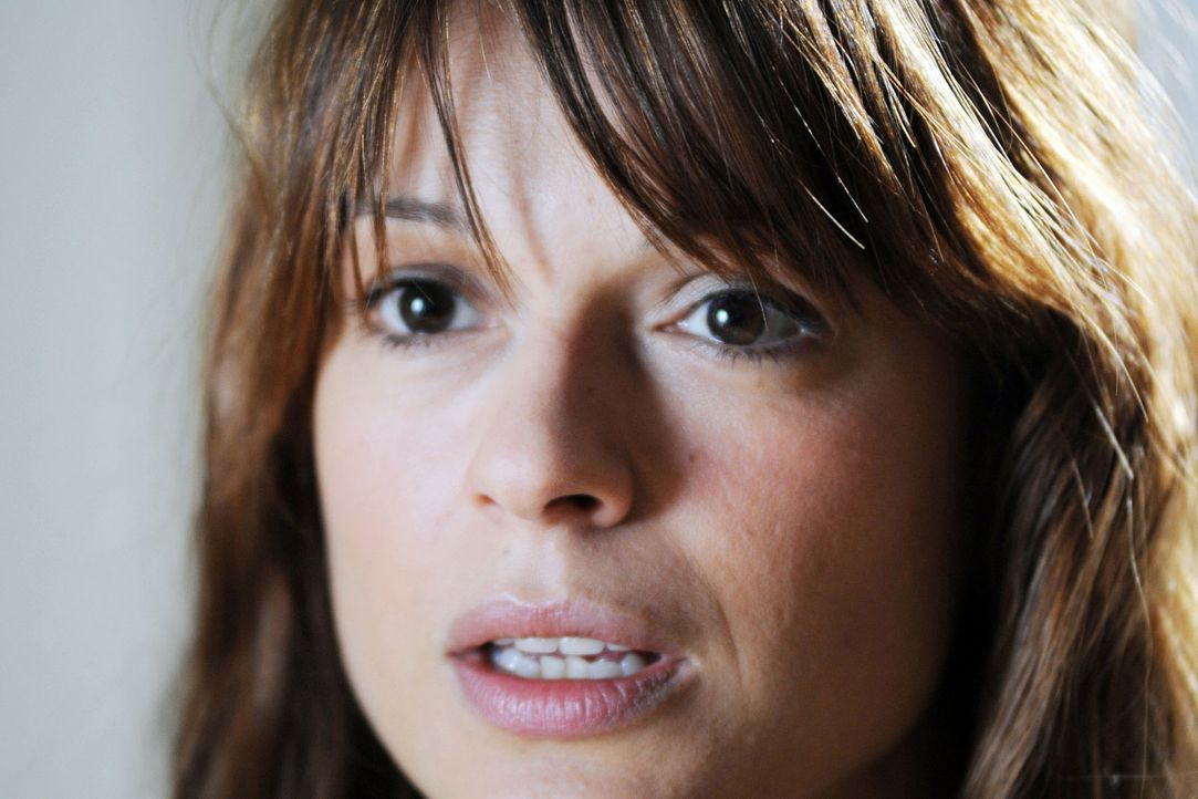 Karen (Suzan Anbeh) ist geschockt, als sie erfährt, dass Marie und Mark nächste Woche heiraten wollen ... - Bildquelle: Aki Pfeiffer Sat.1