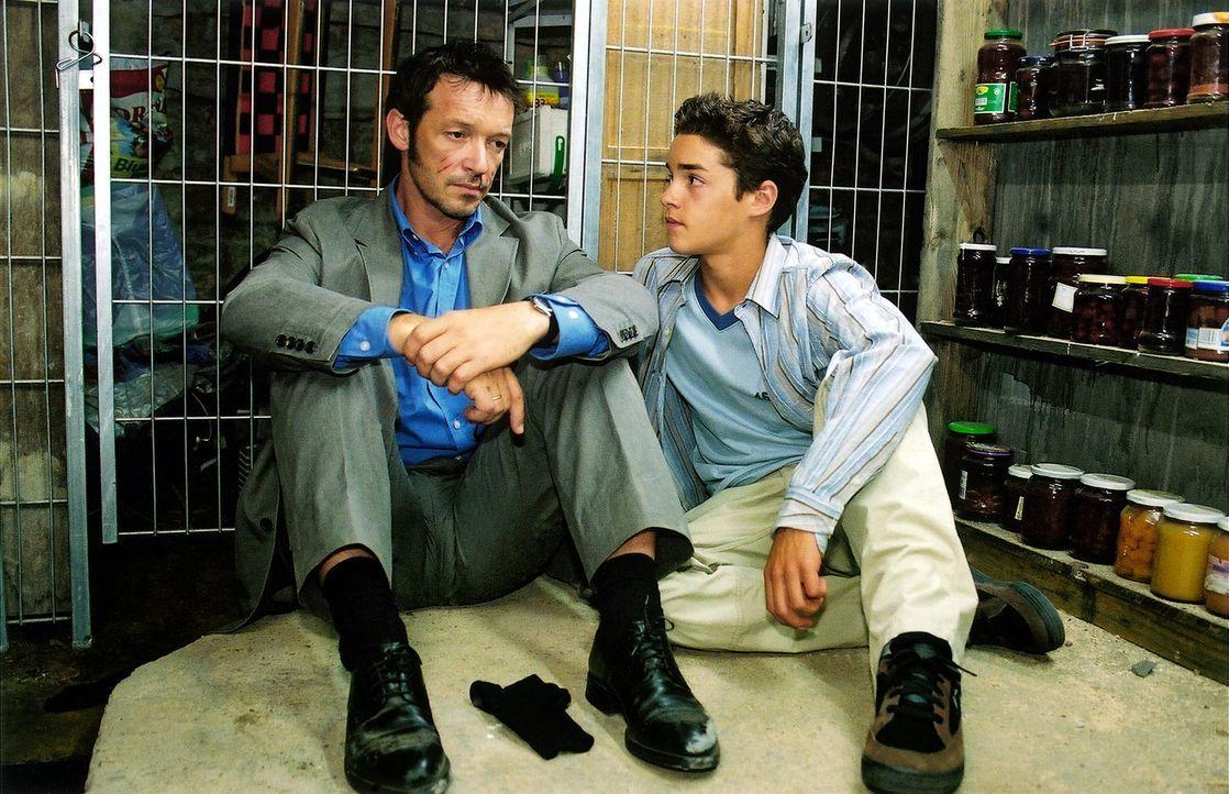 Timo (Maximilian Befort, r.) findet seinen Vater Karsten (Michael Roll, l.) im Keller. - Bildquelle: Claudius Pflug Sat.1