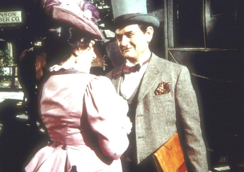 Mr. Montagne (Robert Casper, r.) erkundigt sich bei Harriet Oleson (Katherine MacGregor, l.), ob für seine Unterkunft gesorgt worden sei. - Bildquelle: Worldvision