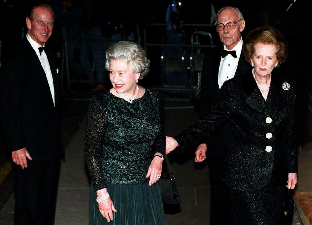 Queen-ElizabethII-Margret-Thatcher-1995-10-16-dpa - Bildquelle: dpa
