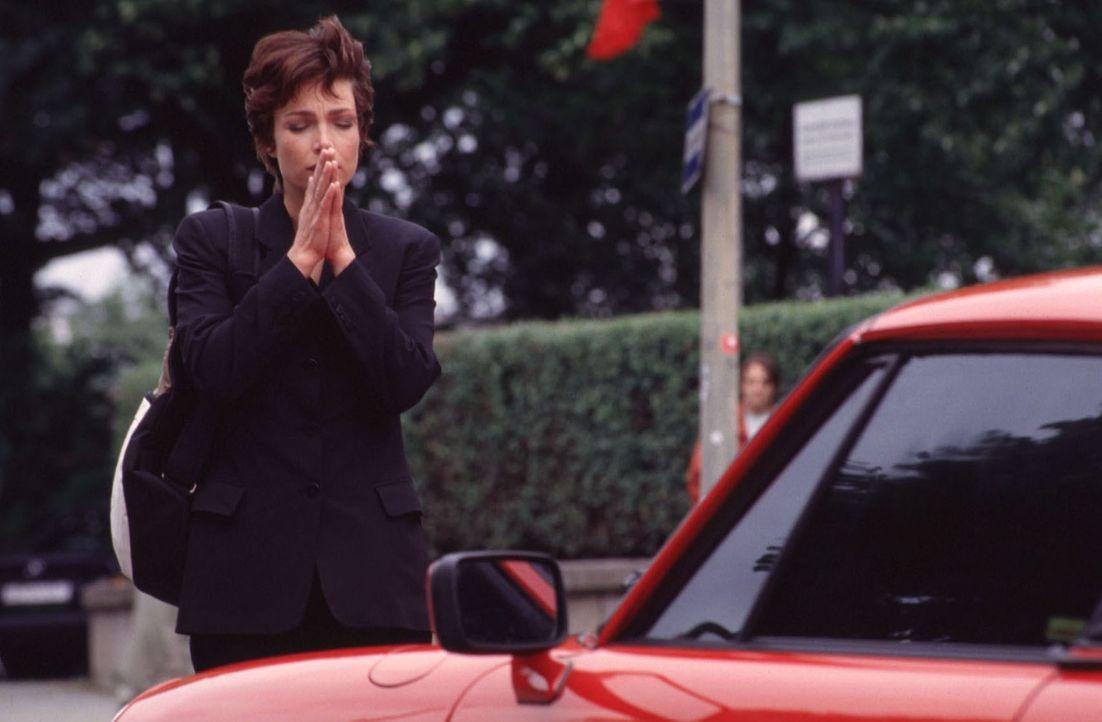 """Himmlische Waffen: Um Angela (Aglaia Szyszkowitz) für die """"Himmelszentrale für Liebe"""" zu gewinnen, setzen die Liebesengel ihren roten Sportwagen ein... - Bildquelle: Gordon Mühle"""