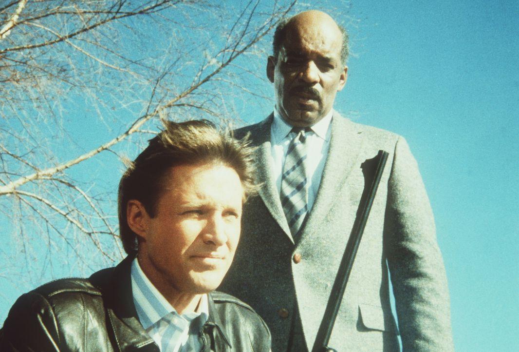 Ihnen wird bewusst, dass die Terroristen einen Luftangriff planen: Lee (Bruce Boxleitner, l.) und Billy (Mel Stewart, r.) ...