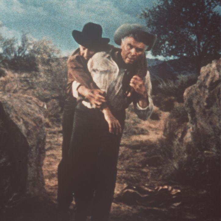 Weil der Polizeiinspektor Leduque (Lloyd Nolan, l.) eine Gehbehinderung hat, muss Ben Cartwright (Lorne Greene, r.) ihn durch die Wüste schleppen ... - Bildquelle: Paramount Pictures