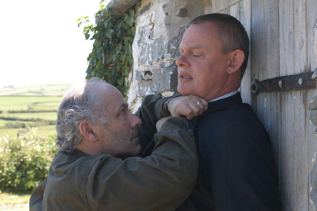 Warum lässt Victor (Nick Woodeson, l.) nicht zu, dass Doc Martin (Martin Clunes, r.) seine Ehefrau Doreen untersucht? Was will der cholerische Mann... - Bildquelle: BUFFALO PICTURES/ITV