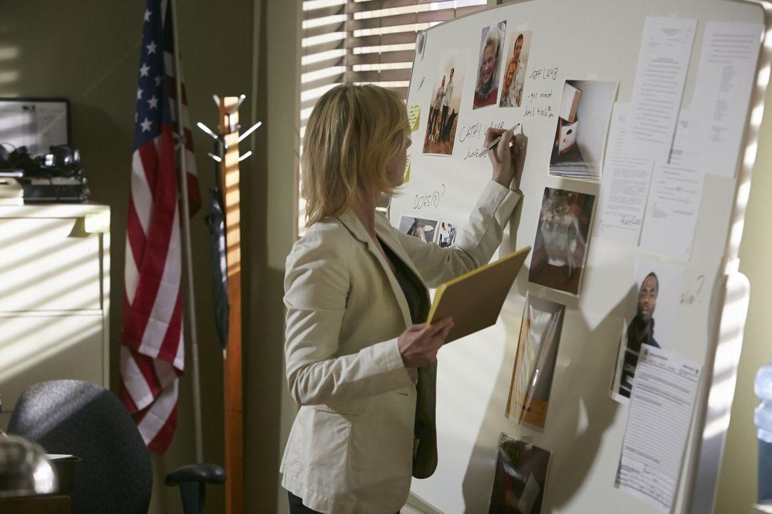 Schnell wird Detective Kim Bradley (Cheryl Poirier) und ihren Kollegen klar, dass der Tod von Cathy Lamb nicht auf Grund eines Raubüberfalls zustand... - Bildquelle: Ian Watson Cineflix 2014