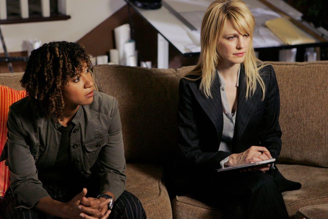 Ein neuer Fall bereitet ihnen Kopfzerbrechen: Kat Miller (Tracie Thoms, l.) und Lilly Rush (Kathryn Morris, r.) ... - Bildquelle: Warner Bros. Television