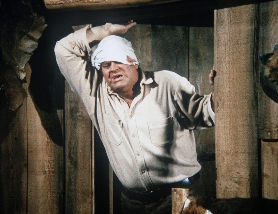 Hoss (Dan Blocker) versucht trotz seiner Verletzung einige Schritte zu tun. - Bildquelle: Paramount Pictures