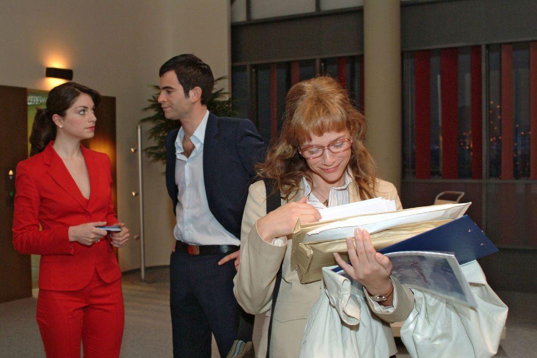 Zurück im Büro, stellt Lisa (Alexandra Neldel, r.) verlegen, aber glücklich fest, dass sie mit David etwas verbindet, was Mariella nicht verstehen k... - Bildquelle: Monika Schürle Sat.1