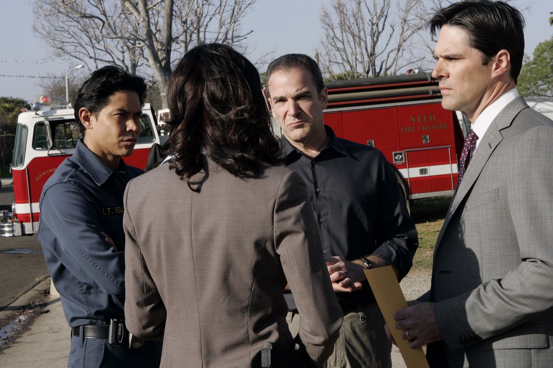 (v.l.n.r.) Lt. Ricardo Vega (Anthony Ruivivar); Emily Prentiss (Paget Brewster); Jason Gideon (Mandy Patinkin); Aaron Hotchner (Thomas Gibson) - Bildquelle: Cliff Lipson 2007 ABC Television Studio. All rights reserved. NO ARCHIVE. NO RESALE. / Cliff Lipson