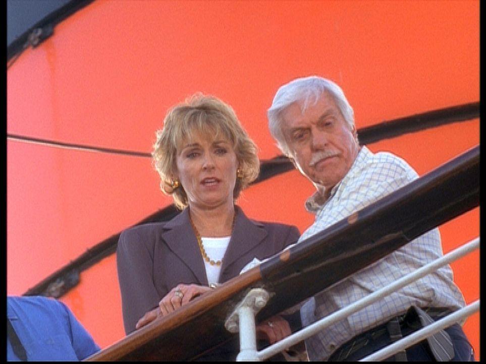 Mark (Dick Van Dyke, r.) kümmert sich um Clare (Brynn Thayer, l.), deren Mann bei einer Kreuzfahrt über Bord gegangen ist. - Bildquelle: Viacom