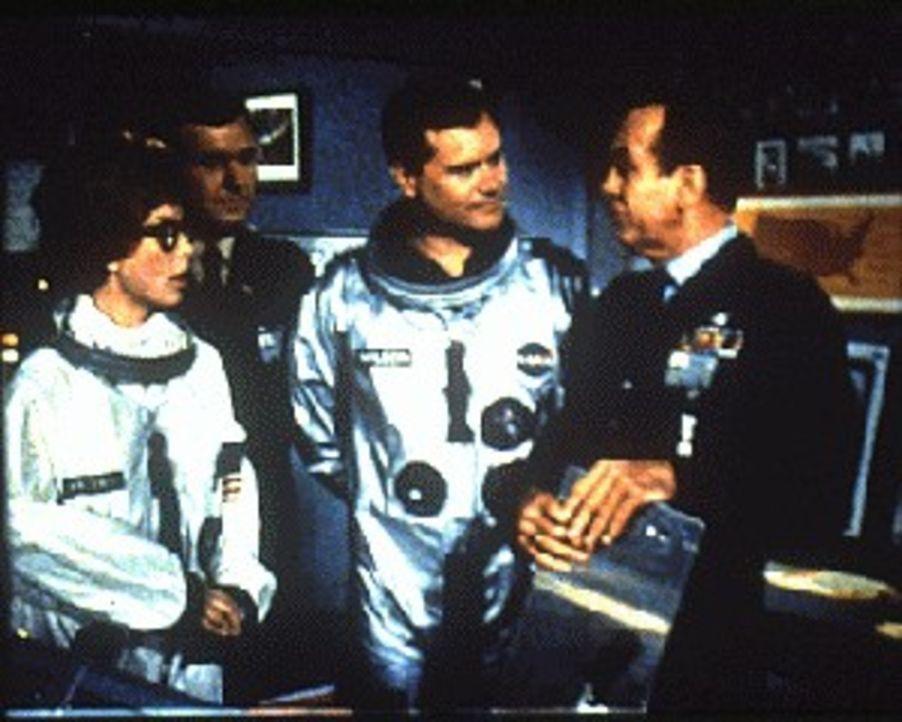 Jeannies Schwester (Barbara Eden, l.) will mit Tony (Larry Hagman, 2.v.r.) zum Mond fliegen. Während Dr. Bellows (Hayden Rorke, r.) mit der neuen As...
