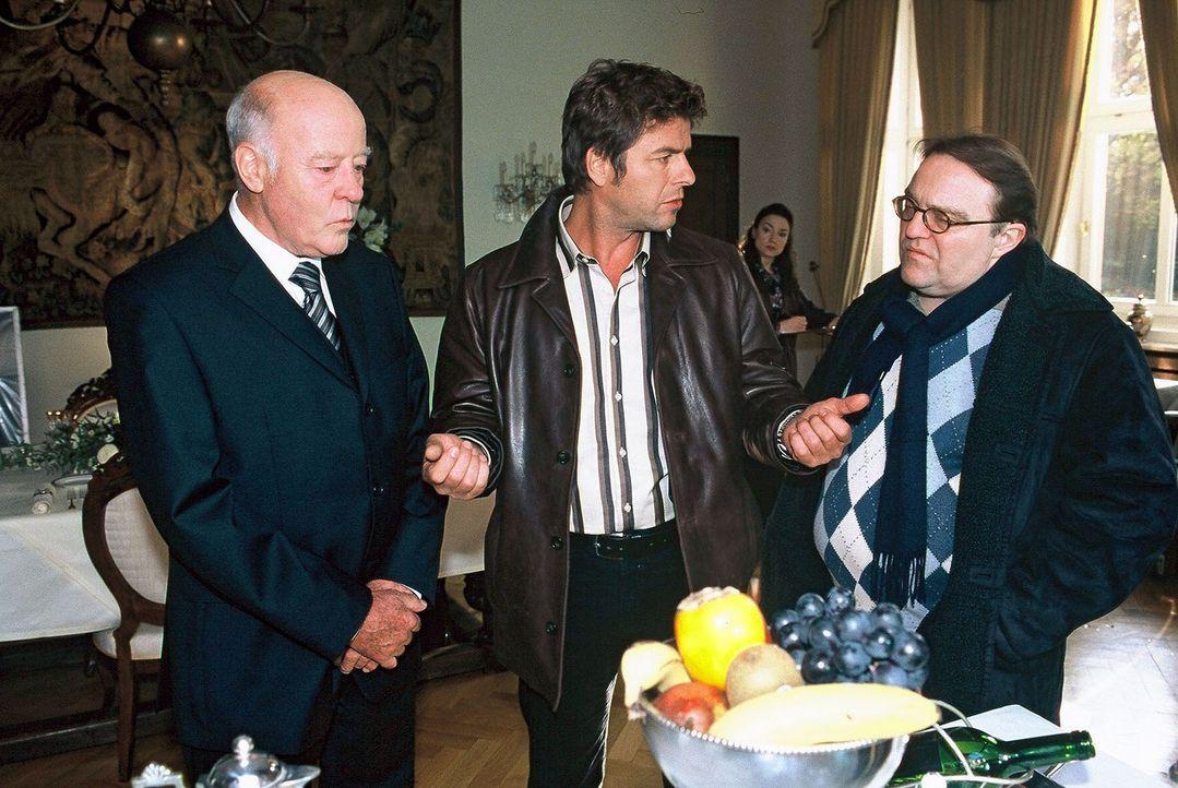 Jupp (Uwe Fellensiek, M.) und Achim (Gustav Peter Wöhler, r.) befragen Ares Woodbine (Joost Siedhoff, l.), den Chef des Ermordeten. - Bildquelle: Münstermann Sat.1
