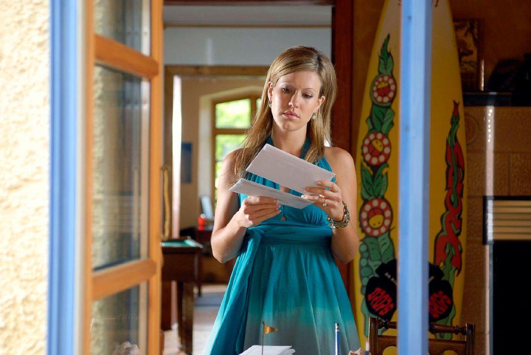 Als Jackie (Wolke Hegenbarth) die ungeöffneten Briefe ihrer Münchner Anwaltskanzlei in Toms Wohnung findet, weiß sie, dass dieser sie belogen hat ..... - Bildquelle: M. Krumwiede Sat.1