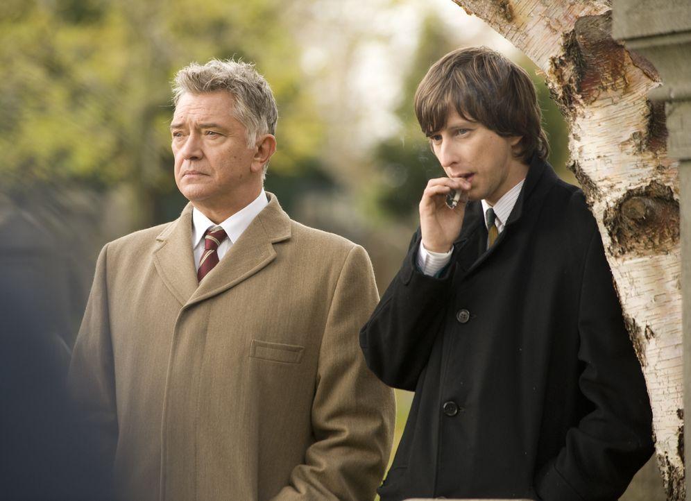 Inspector George Gently (Martin Shaw, l.) und Detective Sergeant John Bacchus (Lee Ingleby, r.) wird klar, dass der junge Harry Carson, der sich auf... - Bildquelle: ALL3MEDIA & Company Pictures