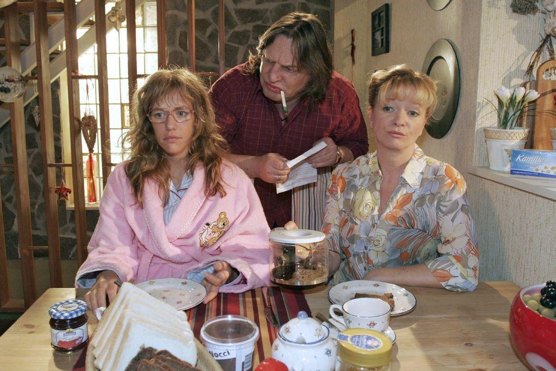 Helga (Ulrike Mai, r.) und Bernd (Volker Herold, M.) wollen wissen, wie der Abend mit Rokko für Lisa (Alexandra Neldel, l.) gelaufen ist. (Dieses Fo... - Bildquelle: Noreen Flynn Sat.1
