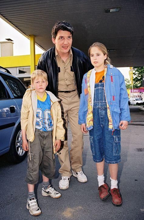Horst Bacher (Harald Posch, M.) fängt seine Kinder Kathie (Nicola Etzelstorfer, r.) und Klaus (Nikolaus Blum, l.) ein, die seit Stunden durch Wien i... - Bildquelle: Ali Schafler Sat.1