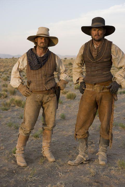 Stellen sich gemeinsam mit den anderen Rangern den rauen Widrigkeiten Texas' und den Indianern: Gus McCrae (Steve Zahn, l.) und Woodroow F. Call (Ka... - Bildquelle: 2006 CBS Broadcasting Inc. All Rights Reserved.