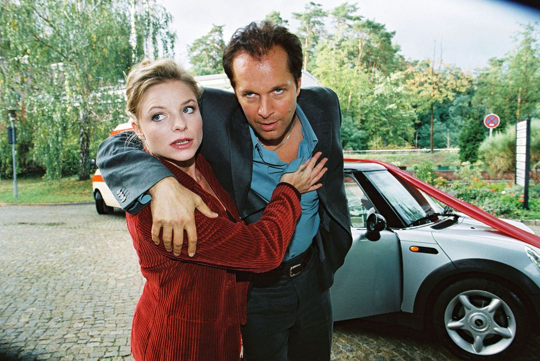 Paula Busch (Julia Grimpe, l.) wird immer noch aufs Heftigste von Ben (Jochen Horst, r.) umworben. Sein Wunsch, mit ihr Kinder zu haben, verletzt si... - Bildquelle: Monika Schürle Sat.1