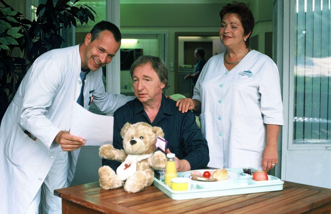 Dr. Stein (Christoph Schobesberger, l.) überbringt seinem Freund Prof. Bühler (Felix von Manteuffel, M.) die gute Nachricht, dass der Befund negativ... - Bildquelle: Norbert Kuhroeber Sat.1